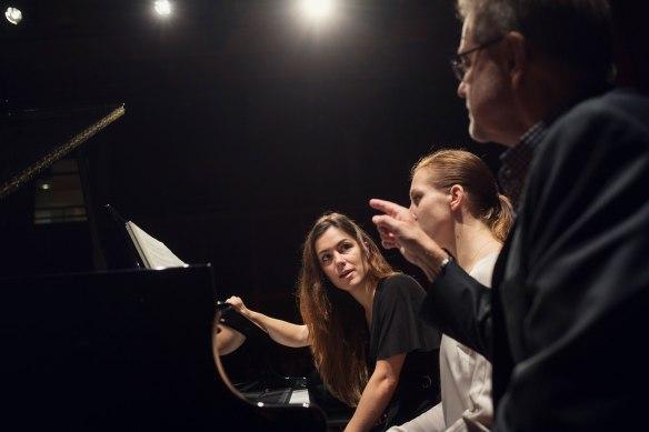 Matti Hirvonen underviser Carla Fernàndez Boix og Jana Aņisimova. Foto: Kyrre Lien